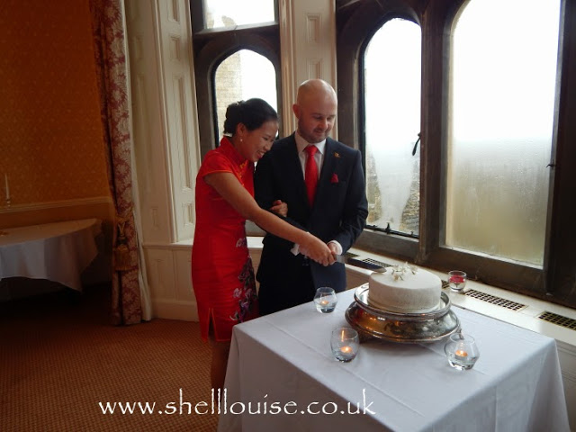 Jonathan and Elaine cutting the cake