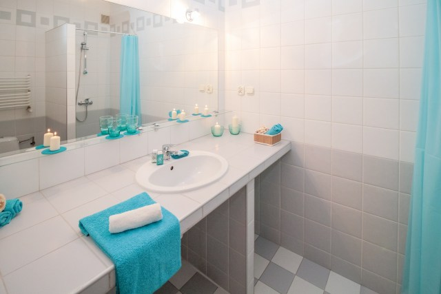 neutral bathroom with blue accessories