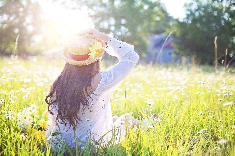 girl wearing sun hat