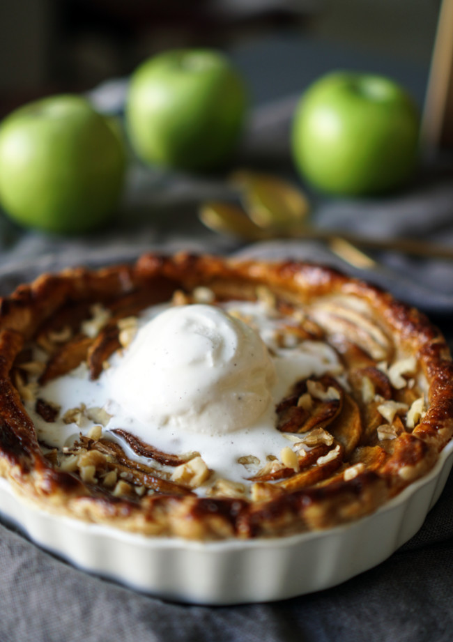 Vegan caramelized apple tart