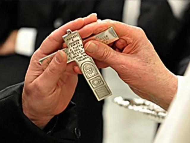 Papa Francesco famiglie in missione croce
