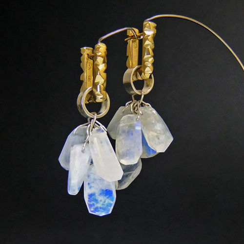 Fiba earring in 14ct with moonstone 'changeable'