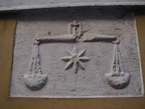 Scales on the Palazzo delle Mercanzie, Brescia, Italy (by Stefano Bolognini/Wikimedia/Creative Commons 3.0)