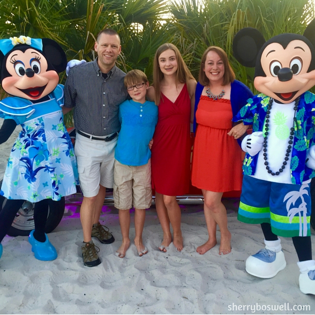 mickey-minnie-on-beach-disneysmmc