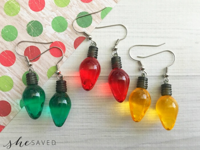 These Christmas Light Earrings are so easy to make an a fun way to celebrate your Christmas spirit! Great gift idea too!