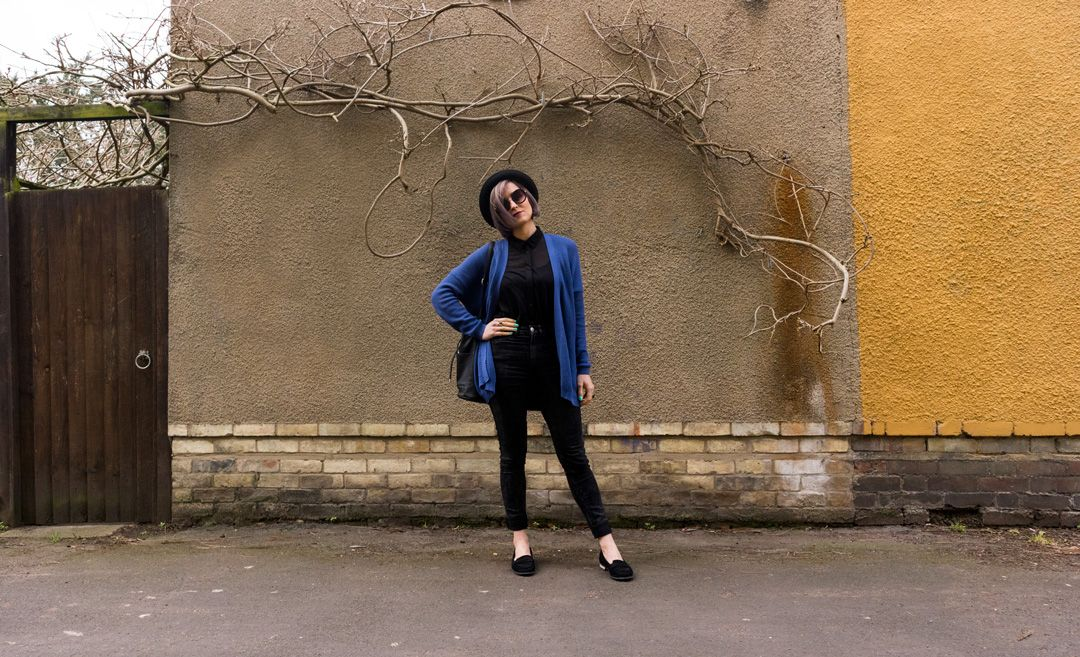 She talks Glam | Hipster look | Blue cardigan, black shirt and bowler hat