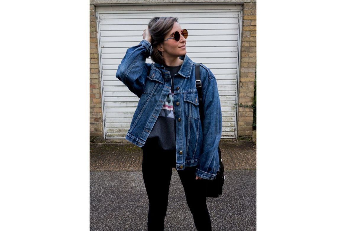 She talks Glam | Denim oversized Jacket & Vintage grey sweater with geometrical motive | Dr. Martens black Bag | 90's vintage