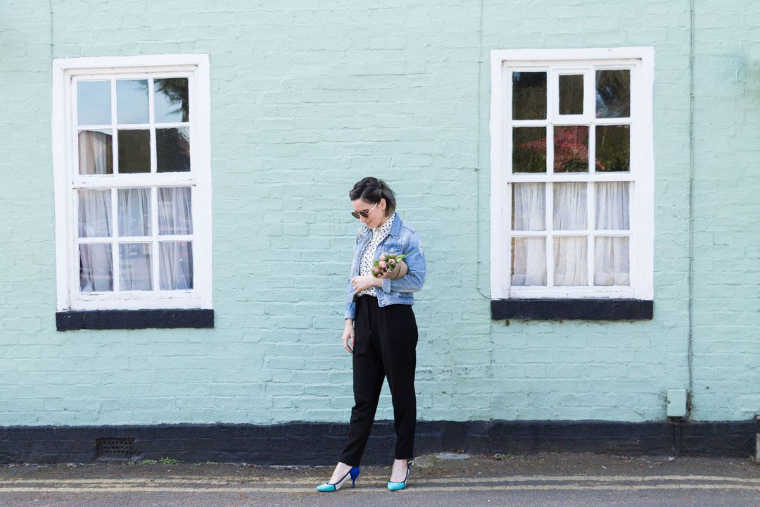 She talks Glam | Polka dots shirt, pleated pants and light denim jacket | Blue heels and wicker ZARA bag
