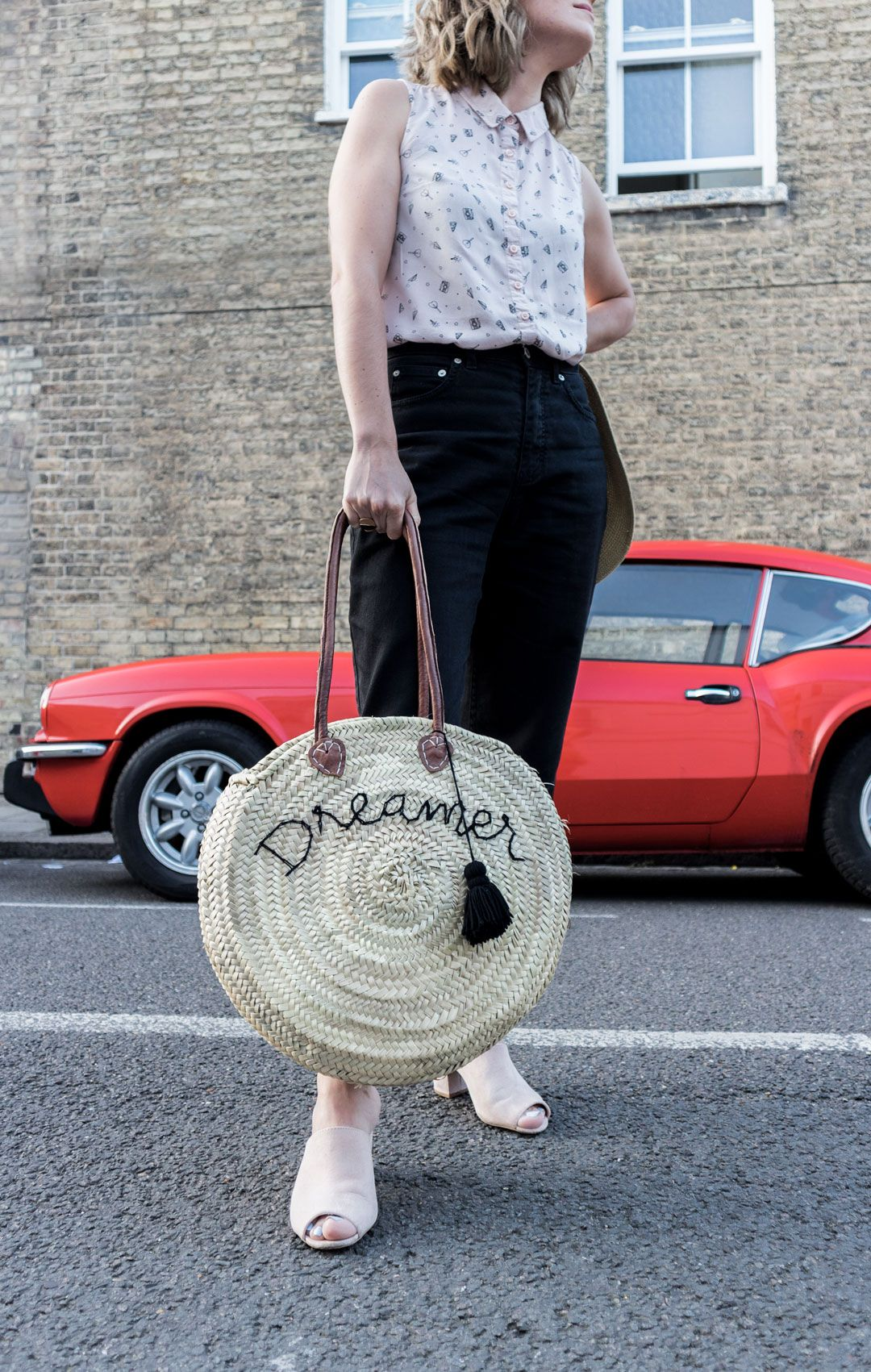 I am a Dreamer | Blush tones for a chic summer outfit | Positive Fashion | Black mom jeans | Mules | Embroidered Straw round bag | Effortless chic | Summer outfit inspiration | Sleeveless shirt | Saida Antolin | She talks Glam | Spanish Blogger | Cambridge Fashion