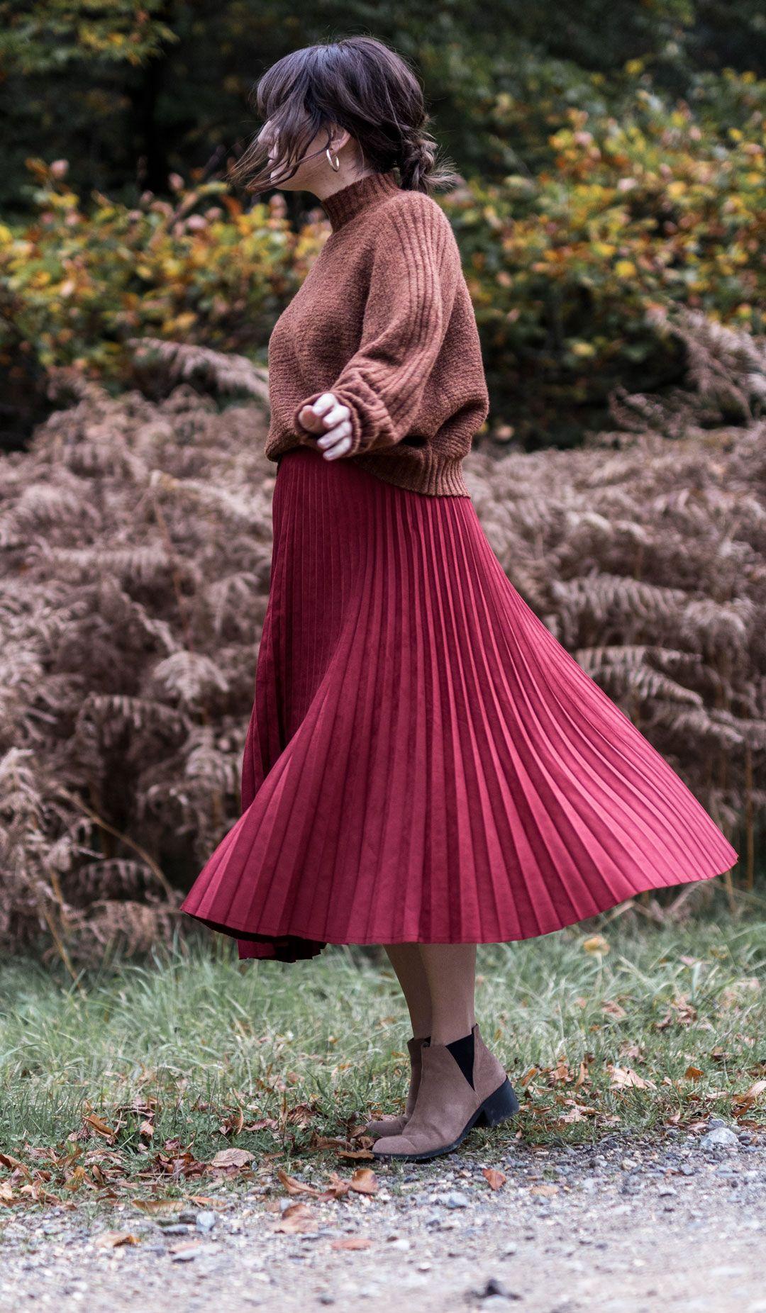 Suede Pleated Midi Skirt: A Love Affair | #pleatedmidiskirt | #falloutfit | #autumnfashion | #fallfashion | #fashioninspiration | #oversizedjumper | #fluffyjumper | Mock turtle neck sweater | #Fashioneditorials | Thetford Park | Saida Antolin | She talks Glam | #Netbag | #meshbag | #meshbagautumn | How to wear a net bag in autumn | #effortlesschic | #minimallook | #positivefashion | #fallcolours | How to style a midi skirt if you are petite
