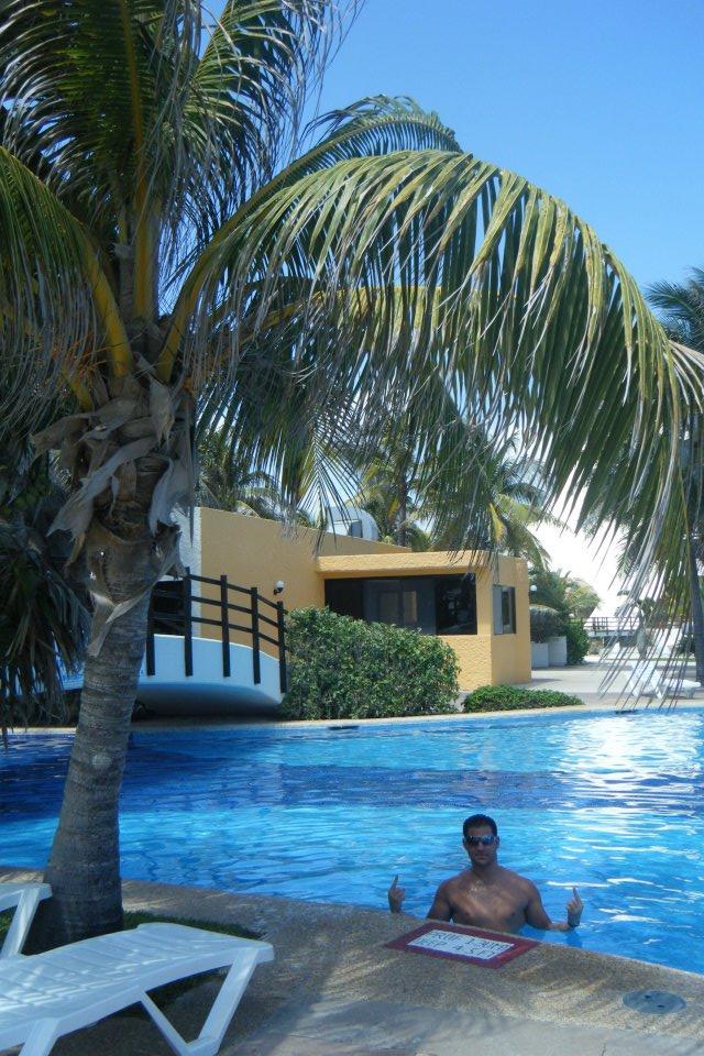 < Cancun pool >
