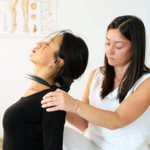 Shiatsu: trattamento della schiena in posizione seduta
