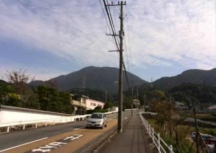 図1:駐車場から宝満山を臨む