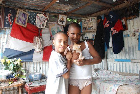 ジョナタンに抱かれる猫。ドミニカ共和国、バニ市にて