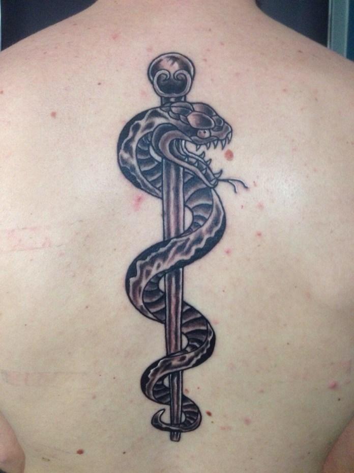 Bastone di Asclepio tatuaggio