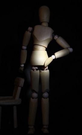 腰を抑えるデッサン人形の写真