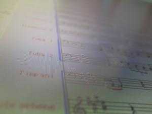 編曲作業中の画面。編曲作業の要となるソフトウェア、Finale の画面が映っています。このソフトにもう少しバグが少なければ…