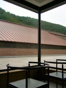 常設展の休憩室のひとつ。とっても狭い。美術館の屋上の中庭というレアな場所が見られる。ここの写真を撮って喜んでいるのはきっと僕ぐらい(笑)