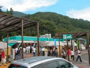 国見 SA の売店、手前の青果市場ではあけびなんかも売っていました。あけびを見たのは小学時代以来のような気がします