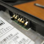 代替機 X01HT 本体についている、電池との接点。このピンはどう見ても曲がっています。一生懸命なおしたのですが、やはり X01HT の不具合は解消しませんでした(2008-11-12 撮影)
