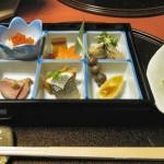 前菜。左の箱の中央手前は、京都などでも名物の身欠きニシン。