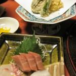 刺身と天ぷら。天ぷらの左端は、柿の天ぷら。会津は甘いものを揚げる土地柄で、おまんじゅうの天ぷらなんかもあります。