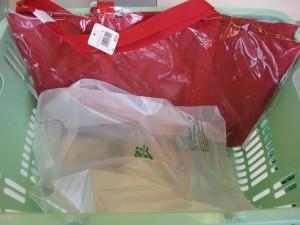 エコバッグと、エコバッグを入れるレジ袋。