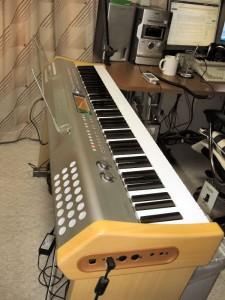 ようやく設置された、PL-40R。次の作業は、譜面台に液晶モニターを固定することです。