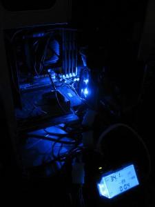 中央で青白く光っているのが、Antec Spot Cool。光の当たっている場所に風が当たっているようです。きれいといえばきれいですが、ケースの蓋を閉めている間、LED のスイッチを消すことはできないのかな?