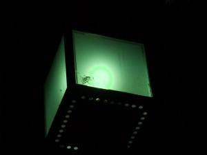 F200EXR の DR800 で撮影した街灯。色も本来はやや紫がかった白なんですが、なぜか緑色っぽく。
