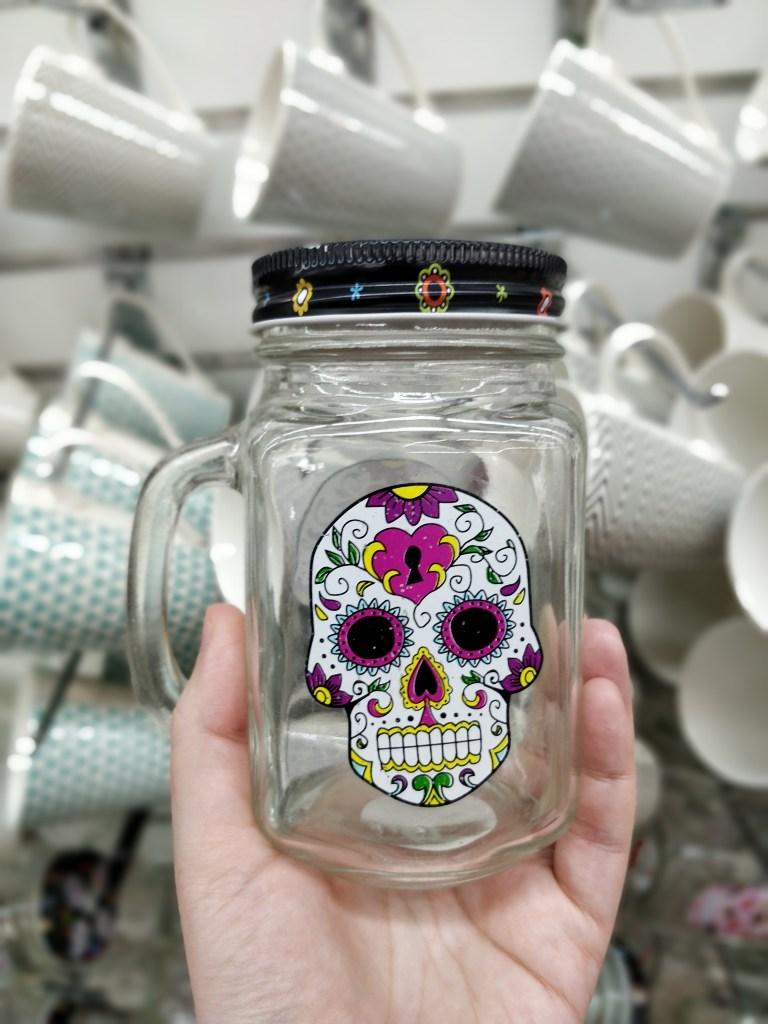 כוס עם קש וציור גולגולת