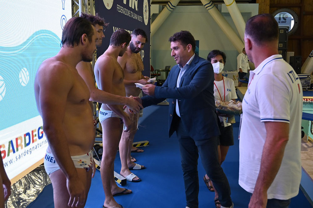 Waterpolo Sardinia Cup. Il presidente FIN Sardegna premia i campioni croati vincitori della Sardinia Cup. 📷 Andrea Chiaramida