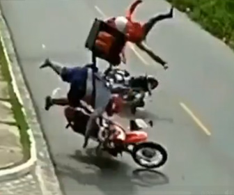 【動画】2台のデリバリーバイクが正面衝突してしまう衝撃事故映像