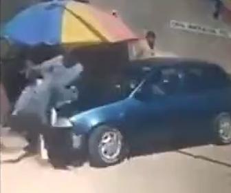 【動画】男性が後ろから車に撥ねられポールに股間を強打してしまう衝撃映像