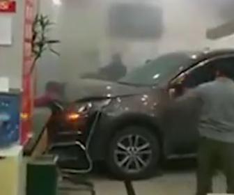 【動画】猛スピードのSUV車が銀行に突っ込んでくる恐ろしい事故映像