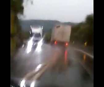 【動画】ブレーキが故障したトラックが曲がりくねった山道を猛スピードで走り…