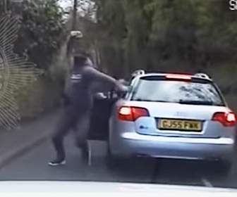 【動画】女性警察官がパトカーで強盗を追跡。強盗が車から降り衝撃の行動に出る