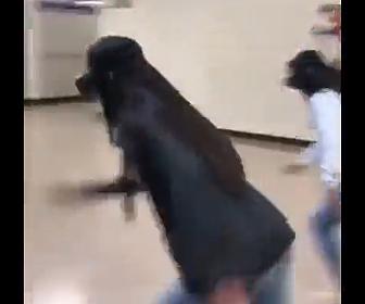 【動画】学校の廊下で2人の女子学生がVRゴーグルをつけて走り出すが…