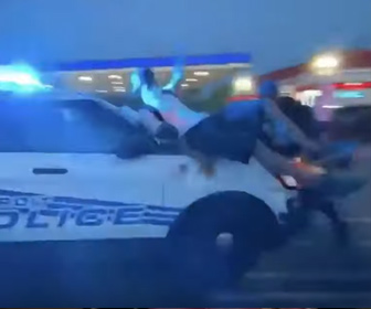 【衝撃】デトロイトで警察車両が抗議者に囲まれるが、抗議者をはね飛ばし走り去る衝撃映像