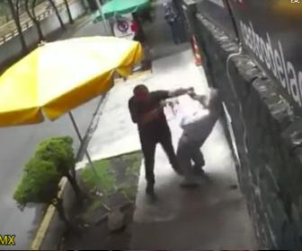 【暴行】 道を歩く男がすれ違う人を次々と突き飛ばしす衝撃映像
