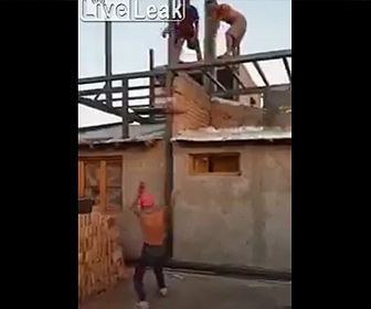 【衝撃】建物の上から重い袋を投げ男性が受け止めようとするが…