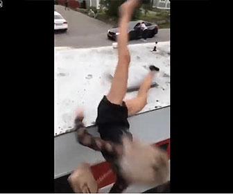 【衝撃】女性がトレーラーの上に飛び乗るがバランスを崩し落下してしまう衝撃映像