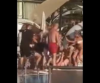 【衝撃】プールサイドで女2人が喧嘩。髪の毛を引っ張る女を男性が殴りまくる衝撃映像