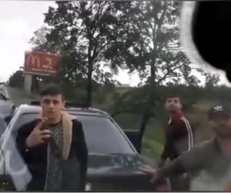 【暴行】若者達が乗る車とバンがロードレイジで激しい争い。怒ったバン運転手が若者の車に突っ込み…