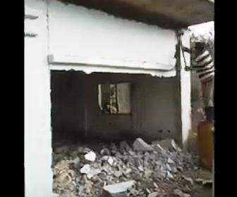 【衝撃】男性がハンマーで建物を解体するが落下した壁が男性の足場に激突し…
