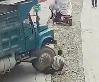 【事故】歩道で座りスマホを見ている男性が動き出した大型トラックに足を轢かれてしまう