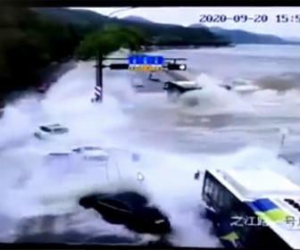 【衝撃】海岸線の道を走る車が高潮で流されてしまう衝撃映像