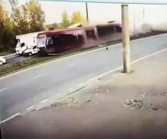 【衝撃】路面電車が脱線し猛スピードで突っ込んでくる衝撃映像