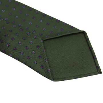 Ljuvlig grön ton på den här slipsen, med handrullade kanter och ofodrat avslut. Bilder: Exquisite Trimmings