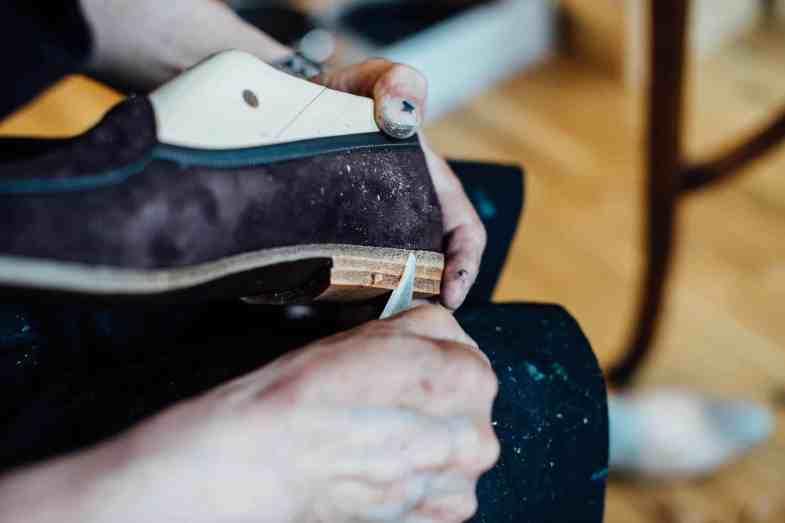 Skorna görs fortfarande av Allan och Kasim i London-verkstaden.